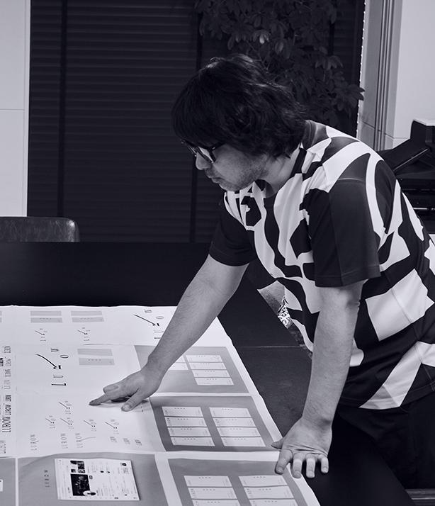 ロゴデザインの選定を行う前田高志